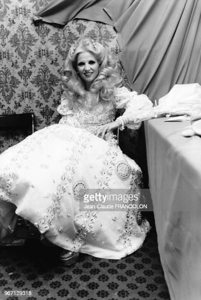 La chanteuse Sabah en costume de scène le 15 décembre 1974 lors de son concert au Parc des Expositions à Paris, France.