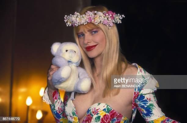 La Cicciolina en visite dans la capitale avec son ours en peluche le 17 fevrier 1993 a Paris France
