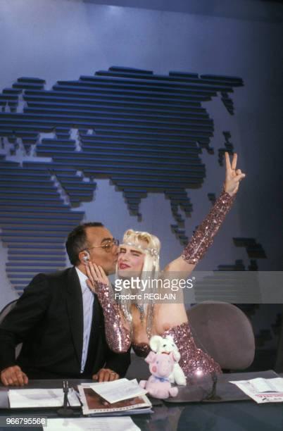 La Cicciolina invitée d'Yves Mourousi dans le journal de 13 heures sur TF1 le 27 juillet 1987 à Paris France