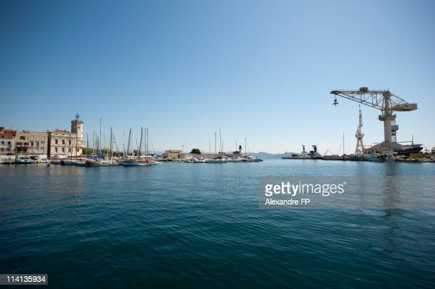 la ciotat harbour with ancient shipyard cranes - la ciotat photos et images de collection