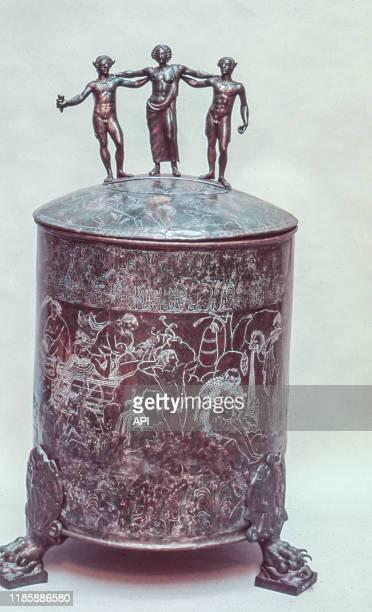 La Cista Ficoroni, coffret à bijoux étrusque en bronze, à la à la Villa Giulia de Rome, Italie.