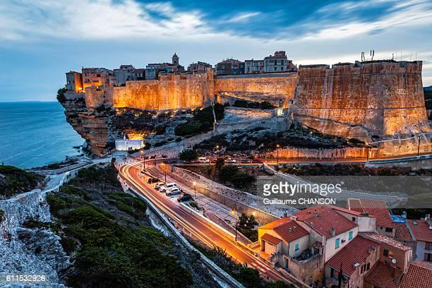 la citadelle de bonifacio à l'heure bleue, corse, france - corsica stock photos and pictures