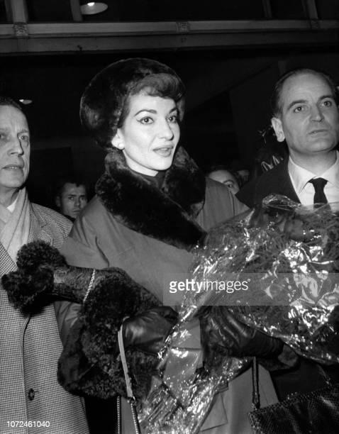 La célèbre cantatrice américaine d'origine grecque Maria Callas débarque le 16 décembre 1958 à la gare de Lyon à Paris Maria Callas tenant d'un bras...