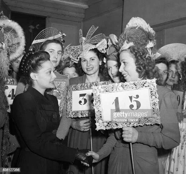 La célèbre vedette de l'écran Louise Carletti entourée de Catherinettes félicite l'heureuse gagnante à Paris France en 1946