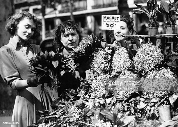La comédienne Danielle Delorme achète du muguet Place de l'Opéra le 1er mai 1948 à Paris France