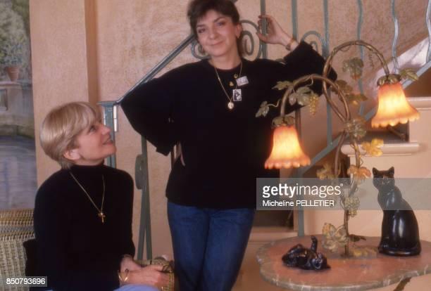 La comédienne et écrivaine française Françoise Dorin chez elle en compagnie de sa fille à Paris le 24 mars 1984 France