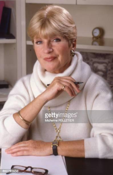 La comédienne et écrivaine française Françoise Dorin chez elle à Paris le 30 novembre 1987 France