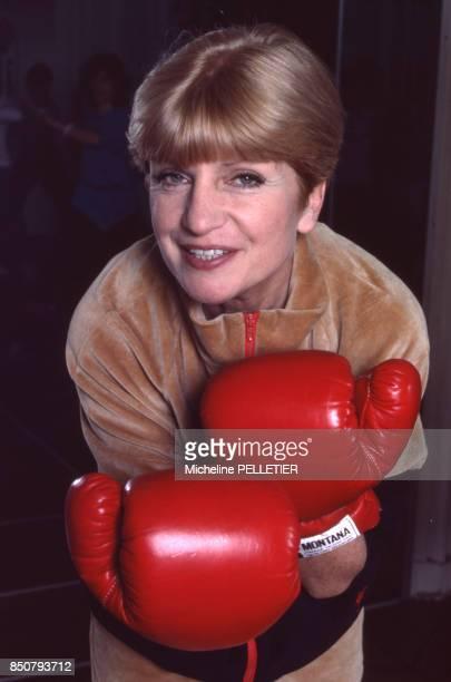 La comédienne et écrivaine française Françoise Dorin portant des gants de boxe à Paris en avril 1988 France