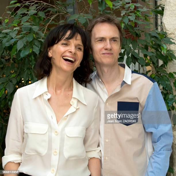 La comédienne française Juliette Binoche et le pianiste français Alexandre Tharaud posent à l'issue de la conférence de presse de 'Vaille que vivre '...