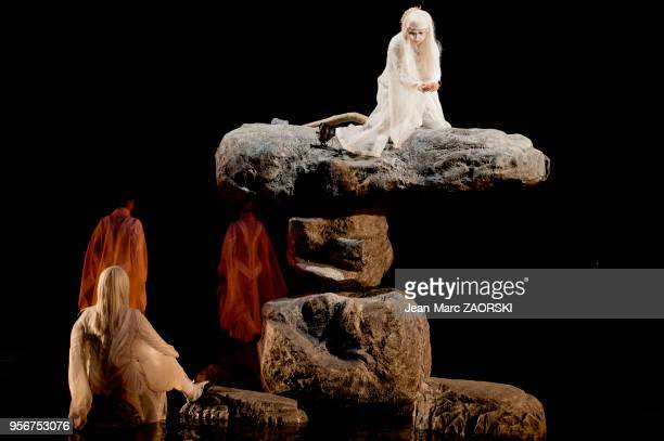 """La comédienne japonaise Micari dans """"Antigone"""" de Sophocle, pièce de théâtre classique mise en scène par le Japonais Satoshi Miyagi présentée le 4..."""