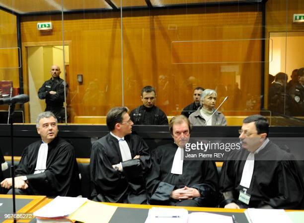 La compagne du tueur en série dans le boxe des accusés et ses avocats au tribunal de CharlevilleMézières le 28 mars 2008 France