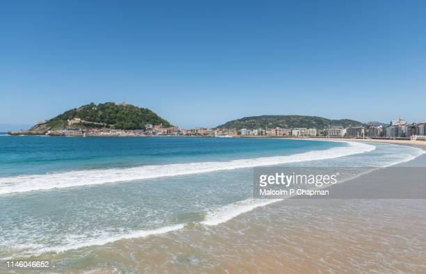 la concha beach with view to parte vieja old town and mount urgull, san sebastian, spain - san sebastian spain stock pictures, royalty-free photos & images