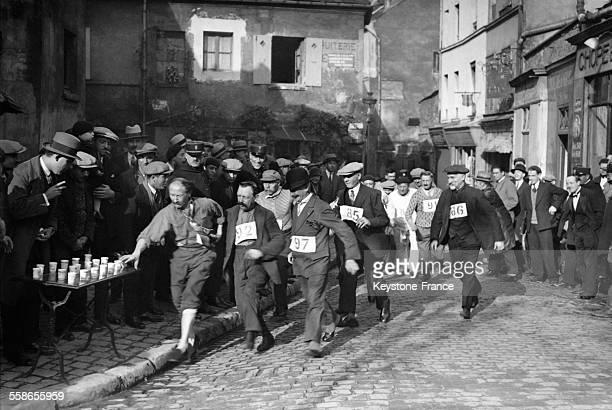 La 'Course des vieux jetons' epreuve humoristique organisee par la Commune Libre de Montmartre consistant a faire le tour de la place du Tertre en...