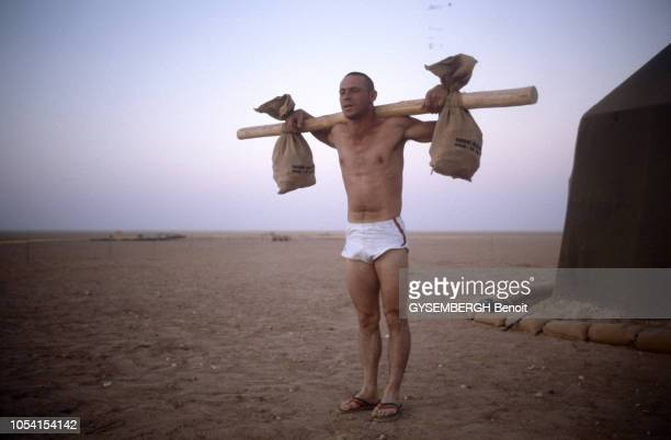 La crise du GOLFE novembre 1990 Les troupes françaises de la légion étrangère dans le désert saoudien La vie au quotidien du camp militaire Ici un...