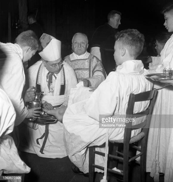 La cérémonie du lavement des pieds lors de la célébration du Jeudi Saint dans la cathédrale Notre-Dame de Paris, le 25 mars 1951, France.