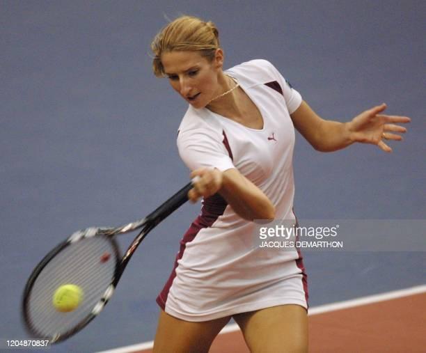 la Croate Silvija Talaja frappe en coup droit une balle de la Française Nathalie Dechy le 07 février 2001 au stade Pierre de Coubertin à Paris lors...