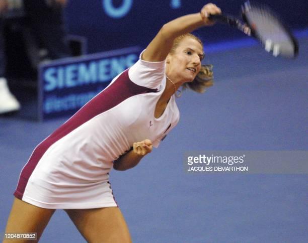 la Croate Silvija Talaja sert face la Française Nathalie Dechy le 07 février 2001 au stade Pierre de Coubertin à Paris lors du premier tour du...