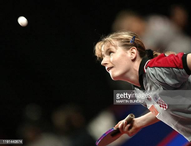 la Croate Tamara Boros regarde sa balle de service pour la Yougoslave Gordana Plavsic le 21 mai 2003 au Palais Omnisports de ParisBercy à Paris dans...