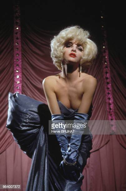 La danseuse Alexandra Gonin sur scène aux Folies Bergères à Paris France