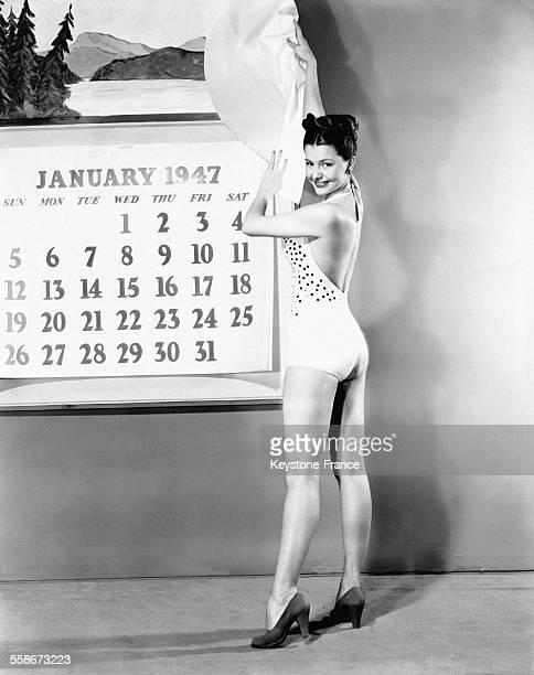 La danseuse et actrice américaine Cyd Charisse dévoile l'almanach 1947 en octobre 1946 aux EtatsUnis