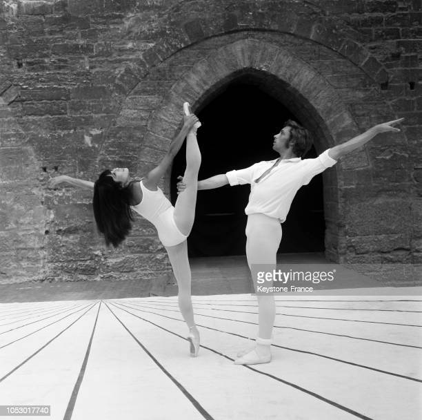 La danseuse japonaise Hitomi Asakawa et le danseur Jorge Donn en répétition à Avignon, France, le 29 juillet 1967.