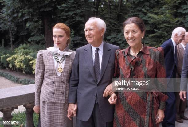 La danseuse Maia Plissetskaia lors d'une remise de décoration par Gaston Defferre accompagné de son épouse la romancière Edmonde CharlesRoux le 4...