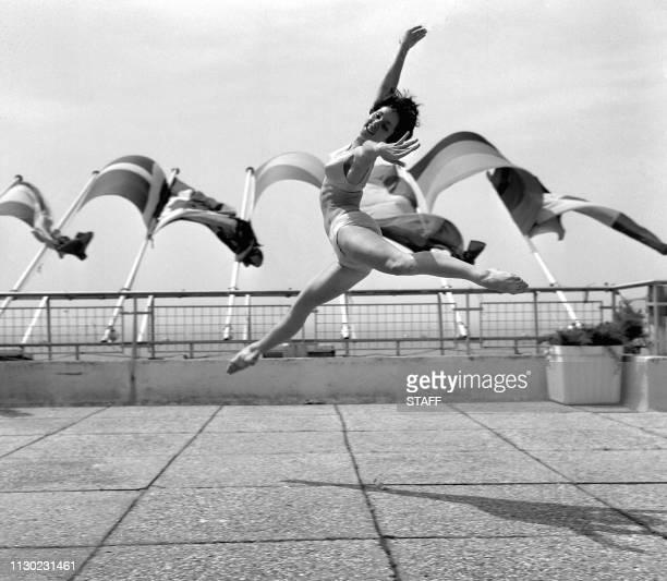 La danseuse Monika Mayo danse sur la terrasse du Palais le 17 mai 1969 pendant le Festival de Cannes Monika Mayo dances on the Palace's terrace 17...