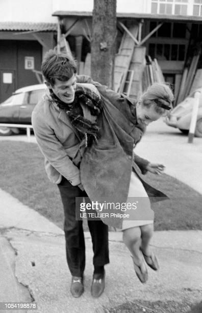 La danseuse Muriel BELMONDO est venue retrouver son grand frère JeanPaul qui tourne Un singe en hiver aux studios de SAINTMAURICE le 23 février 1962...