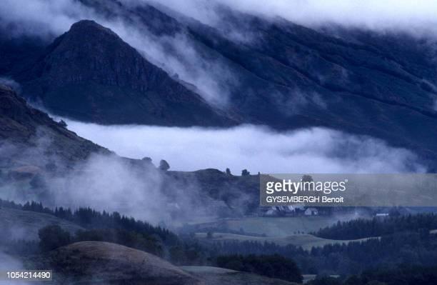 A la découverte du Cantal région AuvergneRhôneAlpes aoûtseptembre 1991 Brouillard matinal sur la vallée de la Jordanne