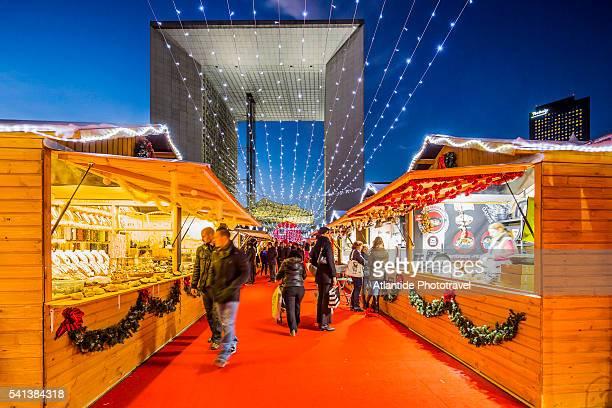 la defense, christmas market near the grande arche (architect otto von spreckelsen) - la défense stock pictures, royalty-free photos & images