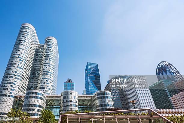 la defense paris - financial district - multiple buldings and blue sky - la défense stock pictures, royalty-free photos & images