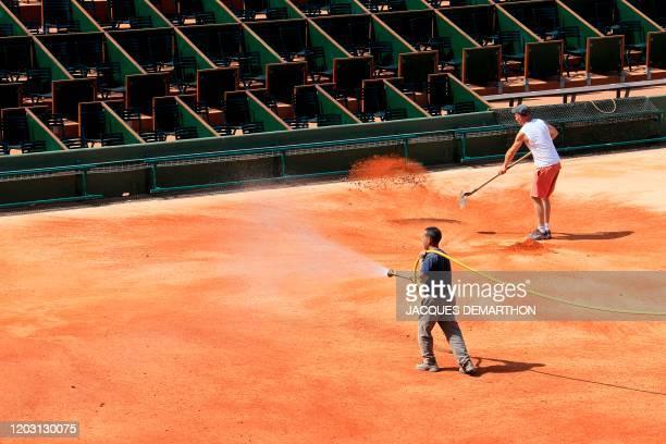 La dernière couche de brique pilée du court Philippe Chatrier le 10 mai 2012 au stade Roland Garros à Paris . Le tournoi de tennis du Grand Chelem se...