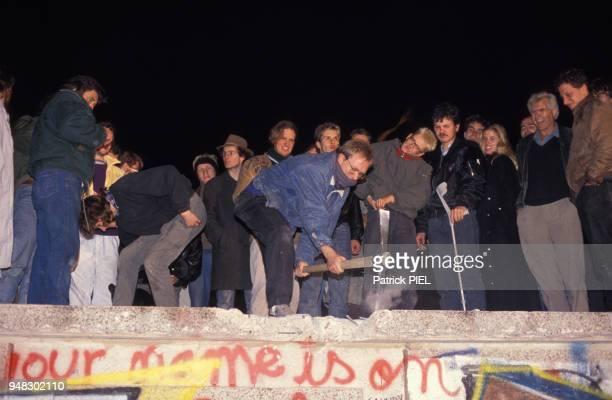 La destruction du Mur par les Berlinois continue quatre jours après la soirée historique du 9 novembre le 12 novembre 1989 à Berlin Allemagne