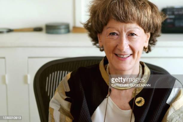 La directrice des Editions de Minuit, Irène Lindon, pose pour le photographe dans son bureau, le 14 juin 2005 à Paris. Fondées clandestinement à...