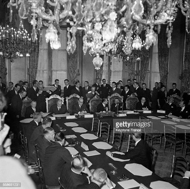 La délégation américaine le chancelier allemand Konrad Adenauer le luxembourgeois Joseph Beck le belge PaulHenri Spaak le français Pierre Mendès...