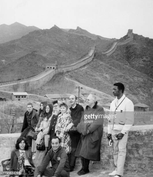 La délégation sportive de pongistes américains visite la grande muraille, en avril 1971 lors de leur voyage à Pekin. Les sportifs américains se...