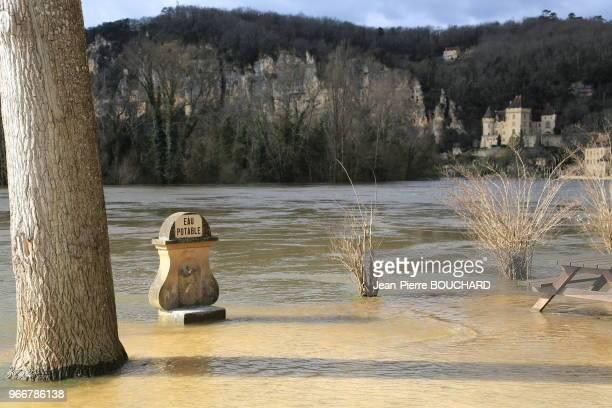 La Dordogne en crue à La RoqueGageac classé parmi les plus beaux villages de France 15 février 2016 Dordogne Périgord France