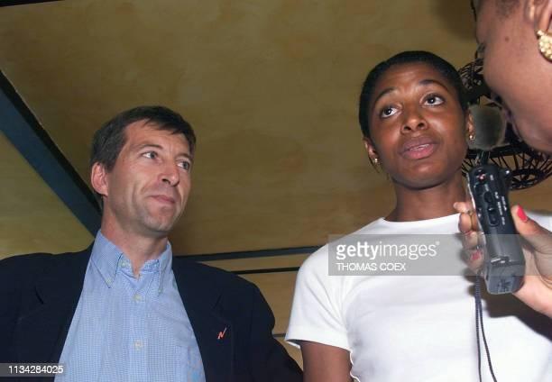 la double championne olympique d'Atlanta la Française MarieJosé Pérec répond le 09 juillet 1999 aux questions des journalistes en compagnie du...