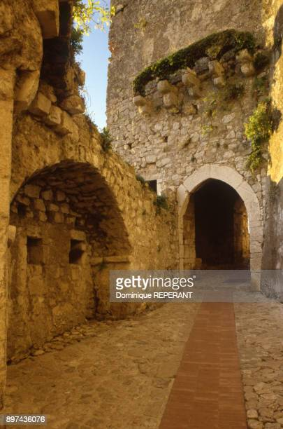 La double porte fortifiee de l'unique entree du village perche d'Eze dans les AlpesMaritimes France