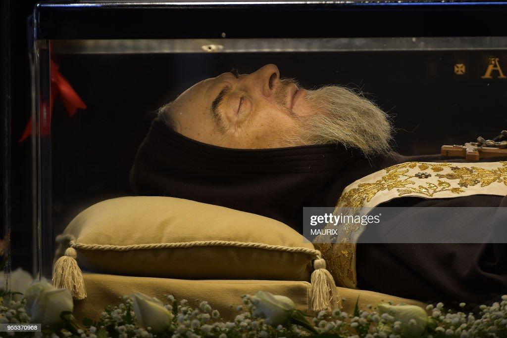 La dépouille de Padre Pio exposée au Vatican : News Photo