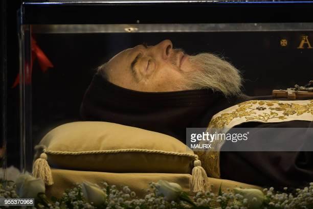 La dépouille de Padre Pio est exposée dans un cercueil de plexiglas à lintérieur de la Basilique SaintPierre le 6 Février 2016 Vatican Padre Pio est...