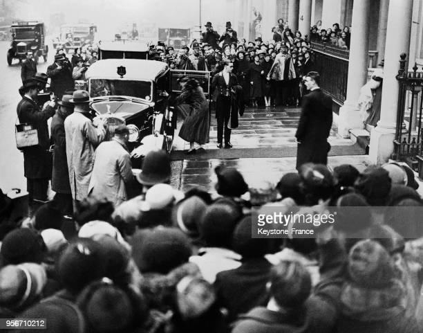 La Duchesse de Kent rentre dans sa voiture entourée par une foule pour se rendre à la cérémonie à Londres RoyaumeUni le 21 novembre 1935