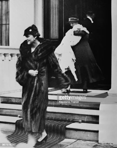 La Duchesse de Kent suivie de son fils le prince Edward porté par sa nurse quitte le domicile pour célébrer le baptême à Londres RoyaumeUni le 21...