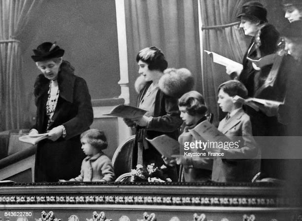 La duchesse d'York, la princesse Elizabeth et la petite princesse Margaret Rose chantant dans leur loge les cantiques de Noël, à Londres, Royaume-Uni...
