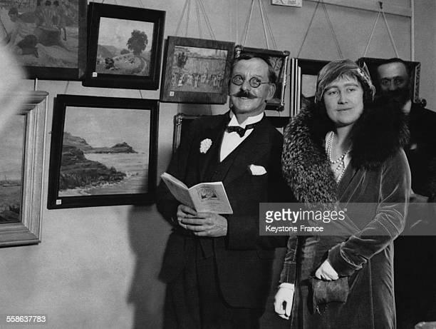 La Duchesse d'York visite une exposition artistique le 16 fevrier 1932