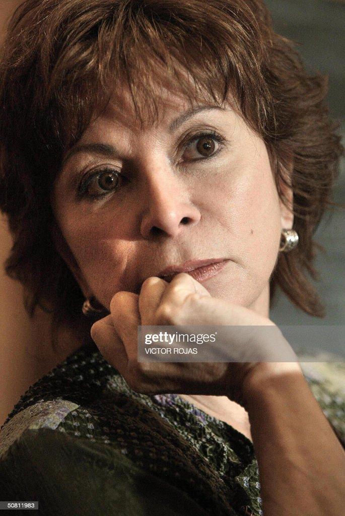 La escritora chilena Isabel Allende escucha preguntas durante una conferencia de prensa el 02 de setiembre de 2003 en Santiago. AFP PHOTO/Victor ROJAS