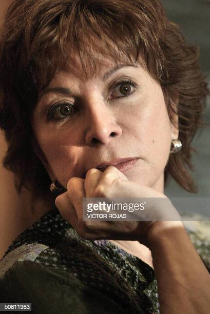 La escritora chilena Isabel Allende escucha preguntas durante una conferencia de prensa el 02 de setiembre de 2003 en Santiago AFP PHOTO/Victor ROJAS