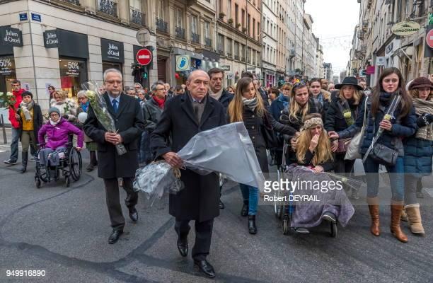 La famille d'AnneLaure et Gérard Collomb déposant un bouquet de roses à l'endroit de l'accident en hommage à AnneLaure victime d'un chauffard le 3...