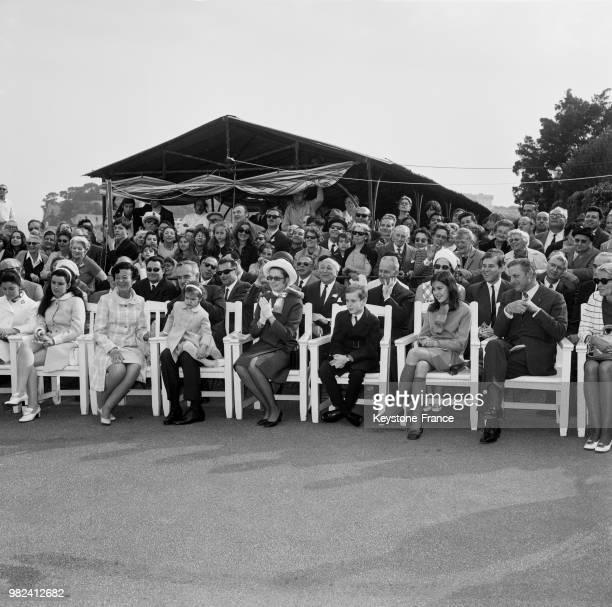 La famille princière de Monaco assiste à la remise des prix de l'exposition canine à MonteCarlo à Monaco le 2 mai 1969 la princesse ElisabethAnne de...