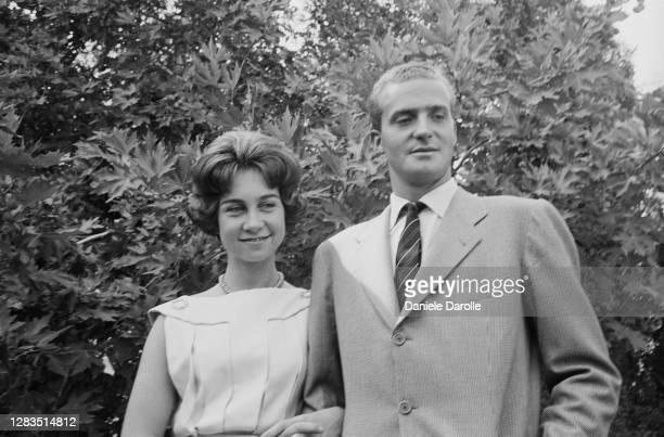 La famille royale grecque a annoncé les fiançailles du prince Juan Carlos d'Espagne avec la princesse Sofia de Grèce, à Athènes, en Grèce.
